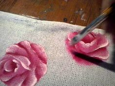 Essa rosa eu pinto ela sem risco, dou formas na própria pintura.Usei as cores, clareador para a base, rosa escuro para o fundo.purpura para cortas as pelas e rosa bebe para a formação das pétalas claras.