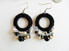 Brincos em crochetMateriais:Fio 100% AlgodãoPedras em plástico, vidro e metalGancho para orelha em metal