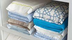 Храните комплекты постельного белья в их наволочках