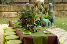 Dinosaurs Jurassic Park Party Outside Party Birthday Party Table Decorations, Birthday Party Tables, Dinosaur Birthday Party, Party Themes, Ideas Party, Birthday Kids, Parties Decorations, Theme Parties, Table Party