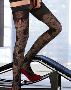 Neem een vleugje Moulin Rouge en een behoorlijke dosis chique en combineer dit geheel met een adembenemend mooi bloemenmotief van zwart tule en je krijgt de sensationele il Cairo kousen van Trasparenze! De glanzende boorden met ruches, het satijnen strikje in zwart/rood, het opengewerkte motief net onder de boorden...... eigenlijk kom je ogen tekort om alles van deze tulekousen te zien, maar gelukkig heb je daar met de perfecte Trasparenze-kwaliteit alle tijd voor!