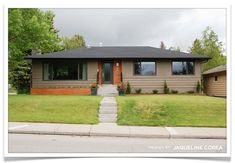 Mentor Jacqueline Corea, Principal of Corea Sotropa, shares tips for easy exterior updates for bungalows! The fair city of Calgary, which I live in, is jam-packed with bungalows built in . Café Exterior, Exterior Remodel, Exterior House Colors, Exterior Paint, Exterior Design, Exterior Signage, Black Exterior, Bungalow Decor, Bungalow Renovation