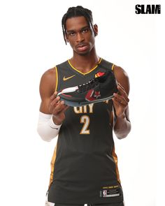 THE ARTIST: Shai Gilgeous-Alexander Covers KICKS 23 Basketball Stuff, Basketball Sneakers, Nba Fashion, Sneakers Fashion, Thunder Team, Man Bun Hairstyles, Larry Johnson, Bo Jackson, Nba Players