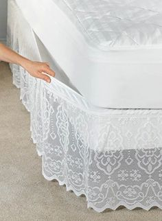 Fika a Dika - Por um Mundo Melhor: Saia Para Cama Box pictures & prices of lace bed skirts This delicate scalloped lace bedskirt has a fully elasticized top that attaches and removes easily without lifting your mattress. Sewing Hacks, Sewing Projects, Diy Projects, Decoration Shabby, Diy Recycling, Lace Bedding, Lace Curtains, My Room, Diy Home Decor