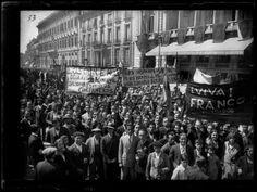 Celebración de la proclamación de la República en las calles de Madrid II, 1931 Foto Madrid, Times Square, Spanish, Street View, War, Black And White, Travel, Women, Historical Photos