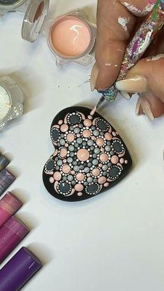 Dot Art Painting, Mandala Painting, Mandala Drawing, Stone Painting, Rock Painting Ideas Easy, Rock Painting Designs, Mandala Rocks, Flower Mandala, Paint Pens For Rocks