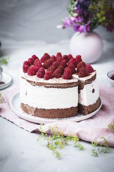 Leckere Himbeer-Schoko-Torte mit Biskuitboden und Sahne-Quark-Füllung und frischen Himbeeren. #himbeertorte #biskuit Cupcakes, Cupcake Cakes, Tiramisu, Muffins, Cheesecake, Chocolate, Baking, Ethnic Recipes, Sweet