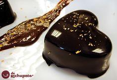 Un postre para los más chocolateros, con una base de un clásico mousse de chocolate y el famoso secreto de los mejores pasteleros, el glaseado brillante o chocolate espejo.
