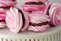 Beautiful (and chocolatey) meringue roses. French Meringues with Strawberry Ganache Filling French Desserts, Köstliche Desserts, Dessert Recipes, Plated Desserts, Tea Party Desserts, Yummy Treats, Sweet Treats, Yummy Food, Pavlova