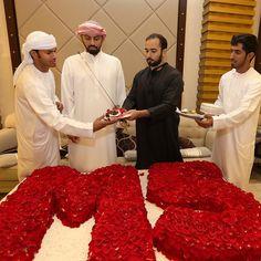 Majid MRM repartiendo porciones de tarta entre sus amigos, cumpleaños de Majid, 16/10/2014. Vía: Mohmmed Salem Bin Ghadayer (mo7mmedsalem)
