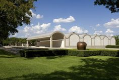 Kimbell Art Museum : View from southwest with Henry Moore's Figure in a Shelter (1983) | Louis Kahn | Photo : Robert LaPrelle © 2013 Kimbell Art Museum