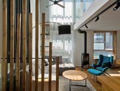 séparation chambre salon en bois toute simple, sans ornements, poutres de longueurs différentes, grand espace organisé en zones