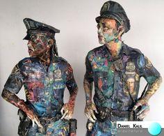Will Kurtz é um artista americano que cria estas incríveis esculturas em papel. Seus personagens são cidadãos reais de Nova Iorque que Kurtz fotografa utilizando seu celular. Ele utiliza jornais e revistas usadas para criar um visual incrível e inusitado.   #ArteComPapel #WillKurtz #NewYork #Arte #Cores #Incrível #DanielKalilArquitetura