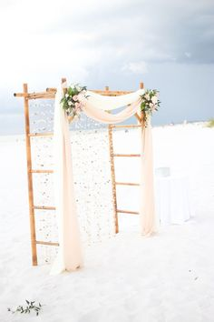 Rústico y romántico arco de bambú con una cortina de conchillas, perfecta para una boda en la playa. No te pierdas el paso a paso!! <3