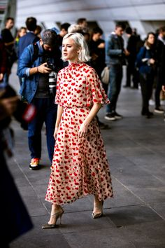 I've done the hard work of narrowing down some of the best street style looks from the very stylish Paris Fashion Week. High Street Fashion, Fashion Week Paris, High Fashion Outfits, Japan Fashion, India Fashion, Fashion Weeks, London Fashion, Womens Fashion, Street Style Trends
