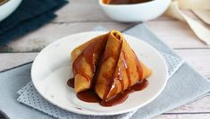 Have you ever had French samosas? - Recipe : Crepes samosas stuffed with caramelized apples. Samosas, Bao Buns, Dough Ingredients, Pork Meat, Apple Filling, Fresh Chives, Strudel, Main Dishes, Gourmet