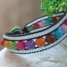 Bracelet en perles multricolore et rocailles blanches