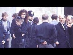 Freddie Mercury's Funeral Freddie Mercury Funeral, Freddie Mercury Last Photo, Queen Freddie Mercury, Freedie Mercury, Roger Taylor Queen, John Deacon, My Favorite Music, Celebrity Photos, The Man