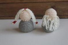 Steen i stugan: Virkade tomtar eller en riktig tomtepuss! Knitting Yarn, Textile Art, Free Pattern, Knit Crochet, Alphabet, Christmas Crafts, Baby Shoes, Weaving, Textiles