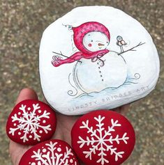 Creative Diy Christmas Painted Rock Design Ideas To Try 17 Rock Painting Patterns, Rock Painting Ideas Easy, Rock Painting Designs, Paint Designs, Diy Painting, Rock Art Painting, Painting Videos, Stone Crafts, Rock Crafts