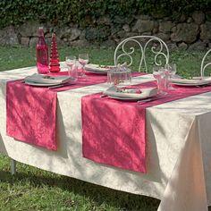 Garnier Thiebaut Mille Charmes Ecrue de Blanc: ein warmer Rotton für Uni-Fans von schöner, klassischer Tischwäsche.      Sie geben Ihre Tischmaße ein und unser Tischdeckenkonfigurator berechnet Ihre persönliche Tischdecke.   Wählen Sie aus herrlichen Stoffen (abwaschbar oder reine Baumwolle) Ihren Favoriten. Nichts Passendes gefunden?   Rufen Sie uns an unter Tel. (0281) 24173 und wir machen es passend! Sie sind sich in der Farbwahl nicht sicher?