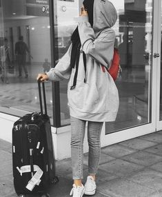 Estilo de viaje Hijabi - Just Trendy Girls - Modern Hijab Fashion, Street Hijab Fashion, Hijab Fashion Inspiration, Muslim Fashion, Mode Inspiration, Hijab Fashion Summer, Modesty Fashion, Fashion Ideas, Casual Hijab Outfit