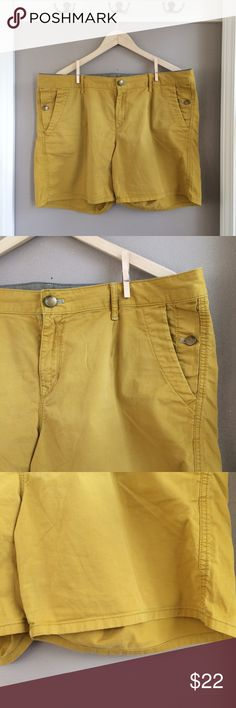 33/16 GAP Twill Canvas Georgina Short 33/16 GAP Twill Canvas Georgina Short. Sulphate green/darker chartreuse. Flat back,  and double front pockets. Love these paired with a lightweight sweater and flats for warmer weather spring. Excellent preowned condition. Bundle for additional discounts and seller offers. Careful packaging, fast shipping. GAP Shorts
