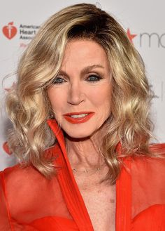Donna Mills Medium Wavy Cut - Donna Mills looked fab with her high-volume waves at the American Heart Association Go Red for Women event. Haircut For Older Women, Short Hair Older Women, Older Women Hairstyles, Cute Hairstyles, Medium Hair Styles, Short Hair Styles, Donna Mills, Wavy Haircuts, Hair Due