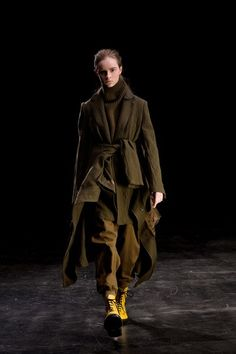 Y's Fall 2019 Ready-to-Wear Fashion Show Collection: See the complete Y's Fall 2019 Ready-to-Wear collection. Look 21 Vogue Paris, British Army Uniform, Japanese Fashion Designers, Oversized Coat, Yohji Yamamoto, Fashion Show Collection, Winter Dresses, Mannequins, Stylish Outfits