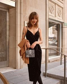 Elements Of Shopping For Classy Black Dress Accessories And Jewelry - Where To Go - Tifa Fashion Black Dress Accessories, Black Dress Outfits, Dress Black, French Girl Style, Girl Fashion, Womens Fashion, Petite Fashion, Parisian Chic, Mode Inspiration