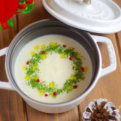 カブのポタージュ〜クリスマス仕立て*イヴです。今年のサンタ活動は完璧過ぎる! by Mayu*さん | レシピブログ - 料理ブログのレシピ満載! おはようございます〜^^あ、メリークリスマス〜☆ とここでは挨拶代わりやけど。。「おはよ。メリークリスマス」って家族にはなかなか言わないよね。そういうセリフがスマートに言える人は、憧れる(*´∀`*)... Xmas Food, Christmas Cooking, Diet Recipes, Cooking Recipes, Healthy Recipes, Recipies, Food Decoration, Creative Food, Holiday Treats