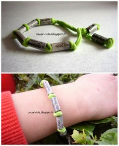decoriciclo: braccialetto fatto con fettuccia ricavata dalle gambe dei pantaloni e perle cilindriche di carta di giornale