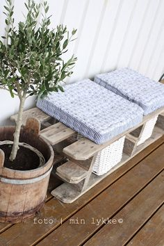 pallet bench- who needs to buy furniture; we're doing everything in pallets!
