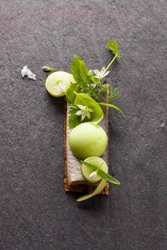Chef Reinout Reniere. #gastronomie #gastronomy #chef #cuisine #food #green #pistache #ardoise #dressage #assiette #art #design #foodstyle #foodart #designculinaire #culinaire #culinaryart #foodstylism #foodstyling #presentation  #plating