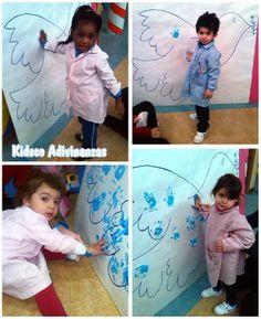 Hoy es el Día Escolar de la Paz y la No Violencia y durante toda la semana hemos estado haciendo murales, juegos, dibujos y pinturas y a través de ellos hemos aprendido lo que significa y sus símbolos: la paloma o el color blanco, las manos, … ¡Qué de cosas que se pueden aprender jugando!!!!