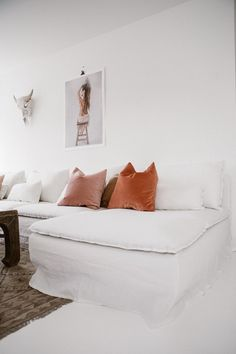A Scandinavian minimalistic living room / All white everything with pops of pink / Feminine & Chic all in one / IKEA Soöderhamn Sofa & Chaise with a Bemz Rosendal Pure Washed Linen Slipcover in Absolute White Söderhamn Sofa, Ikea Sofa, Spacious Living Room, Living Room Sofa, Scandinavian Minimalist Living Room, Ikea Soderhamn, Linen Couch, White Couches, White Ikea Couch