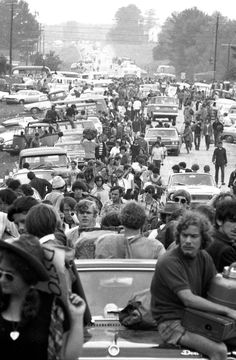 """thats-the-way-it-was: """"Bethel, NY, August Traffic at a standstill as people try to get to the Woodstock Music Festival. Photo: Paul DeMaria """" - my Corvair's engine blew…I said farewell to. 1969 Woodstock, Woodstock Hippies, Woodstock Festival, Woodstock Music, Joan Baez Woodstock, Recital, Hippie Style, Beatles, Mundo Hippie"""