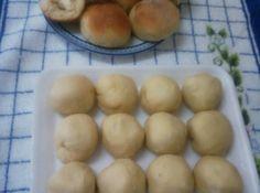 Receita de Pão de Batata - Massa:, 60 g de fermento fresco para pão., 2 colheres (sobremesa) de açúcar refinado, 1 colher (sopa) rasa de sal, 200 g de manteiga sem sal e macia, 400 g de batata cozidas e espremidas, 3 ovos inteiros ligeiramente batidos, 1 kg de farinha de trigo especial (aproximadamanente), 1 copo de leite