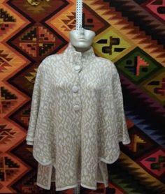 Modisches #Damen #Cape #Poncho aus #Alpakawolle. Feinste Alpakawolle gibt Ihnen ein wohlig warmes und kuschlig weiches Tragegefühl. Alpakawolle ist wie Kaschmir eine der edelsten Wollsorten der Welt. Ein Naturprodukt für höchste Ansprüche an Qualität und Komfort.      Material: 100% Alpakawolle