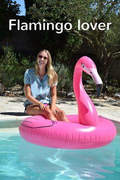 Flamingo lover here! Aan de rand van het zwembad met mijn flamingo floatie en bijpassende flamingo blouse.