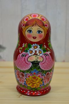 Matryoshka: Our collection of Russian dolls Russian dolls intrigue you? More than simple decorative objects, they symbolize Russia. So do not hesitate to discover our entire collection ofmatryoshka. Russian Folk Art, Art Populaire, Matryoshka Doll, Decoupage, Art Challenge, Painting On Wood, Cute Gifts, Wooden Dolls, Projects To Try