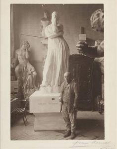 Bourdelle dans l'atelier près de Pénélope en plâtre sur un socle © Musée Bourdelle / Roger Viollet