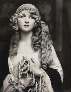 Myrna fut l'une des plus jolies Ziegfeld girls de Broadway (revue inspirée des Folies Bergères de Paris).A l'apogée de sa carrière -elle a alors à peine 20 ans- elle tombe malade et ne peut plus travailler. De nombreux admirateurs se dévouent pour elle et paient ses nombreux traitements, hélas, rien ne pourra la sauver et elle décèdera un an plus tard d'une crise cardiaque foudroyante.