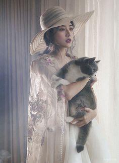 """""""Bạn diễn"""" đặc biệt của Chi Pu là hai chú mèo mà Chi Pu nuôi từ rất lâu và xem như con của mình: Puxam (lông xám  trắng) và Pumeo (lông xám xù). Puxam hiền và chiều """"mẹ"""" Chi Pu nên êkip dễ dàng hướng dẫn chụp hình. Riêng Pumeo là chú mèo kiêu kỳ hơn, không ngừng cử động trong lúc cùng Chi Pu tạo dáng. Những lúc như vậy, nữ diễn viên phim Yêu gần gũi vuốt ve, tương tác để hai """"con trai"""" cưng tập trung hơn trước ống kính với những tấm ảnh ưng ý."""