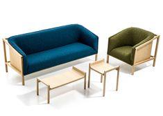 En esta colección destaca la estructura rectangular de madera de fresno que queda expuesta. Dentro de la estructura se encuentra el asiento que tiene un respaldo curvo, con el que se logra crear un contraste entre las formas planas y curvas.
