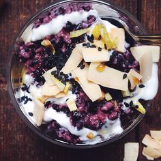 New recipe & current obsession: coconut ginger wild rice pudding with coconut yogurt, maple syrup drizzle, black sesame seeds & lemony touch  My blog subscribers will get an email with this whole food recipe this week - make sure you subscribe (Link in bio) if you're ready rice world to be rocked  #breakfastcriminals
