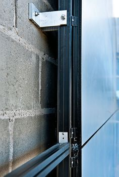 Estética, funcionalidade e sustentabilidade: é a junção desses aspectos que faz das fachadas ventiladas uma inovação tão adorada na arquitetura. Building Systems, Building Facade, Building Materials, Building Design, Exterior Cladding, Wall Cladding, Facade Design, House Design, Curtain Wall Detail