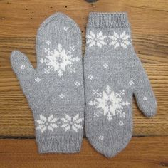 Ravelry: January Mittens pattern by Kat Lewinski Knitted Mittens Pattern, Knit Mittens, Knitted Gloves, Knitting Patterns Free, Hand Knitting, Free Pattern, Knitting Machine, Hat Patterns, Vintage Knitting
