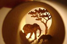 Anastassia Elias (Paris) desarrolla su creatividad en rollos de papel higiénico, demostrando su apoyo al reciclaje y sobre todo disfrutando con su arte. Fotos de Ylenia Álvarez, visto en www.wl-nacional.com