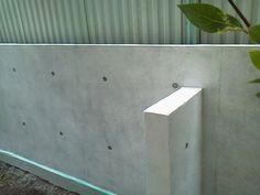 ブロック塀からコンクリート打放し風へ塗り替えました | 外壁外兵衛|ブロック塀をオシャレに塗り替える|塗装より、ジョリパットや珪藻土、コンクリート打放し、漆喰が面白い!コンクリート塀(RC)でも大丈夫 House 2, Interior And Exterior, Fence, Door Handles, Diy And Crafts, Facade, Architecture, Garden, Plants